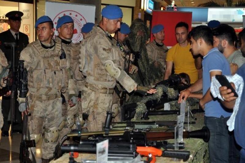 Jandarmadan silah sergisi ve eğitimli köpek gösterisi
