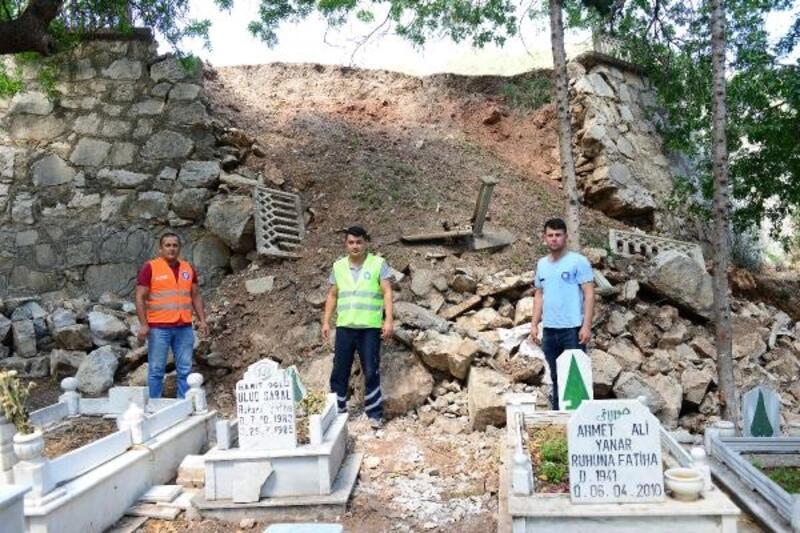 Mezarlıktaki göçüğü Büyükşehir onarıyor