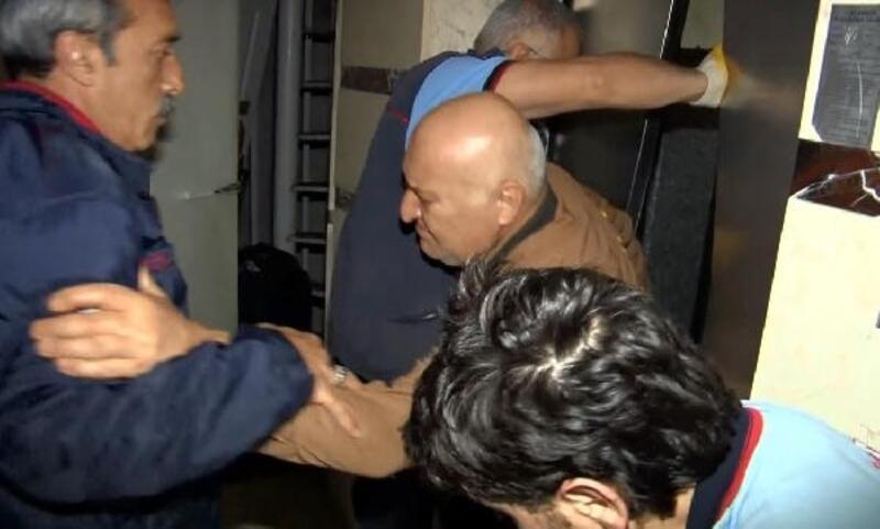Asansörde mahsur kalan adamı itfaiye kurtardı