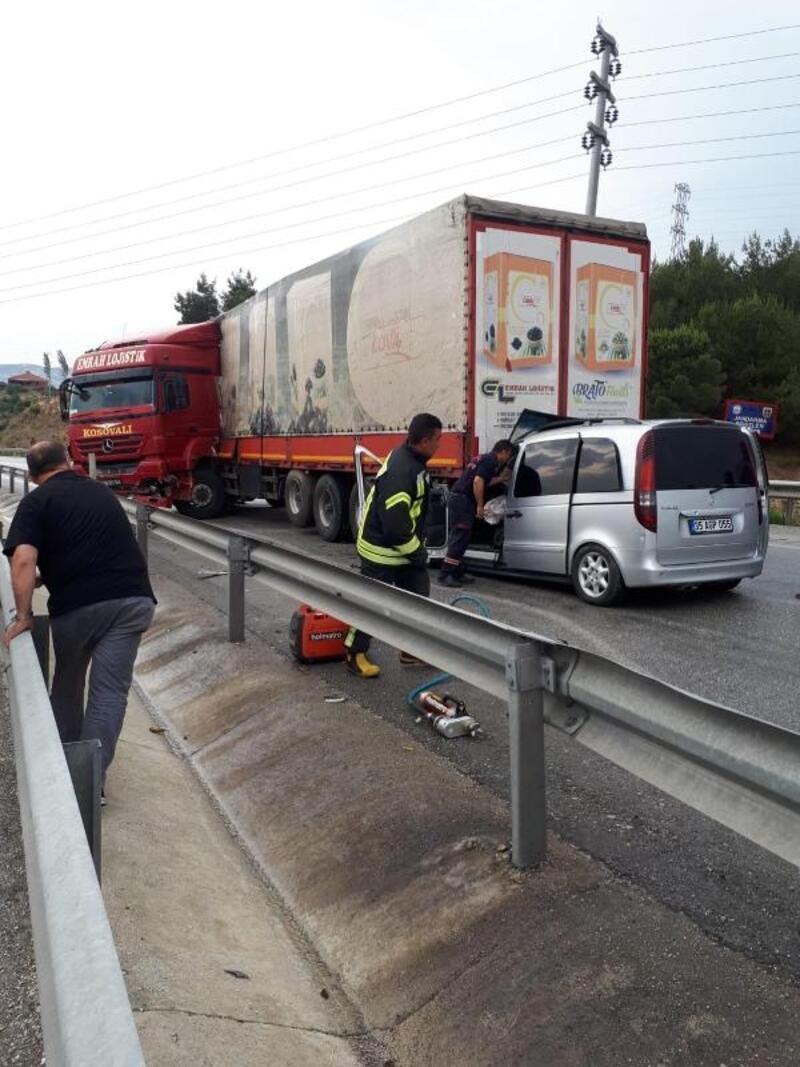 TIR'a arkadan çarpan minibüsteki 3 kişi yaralandı