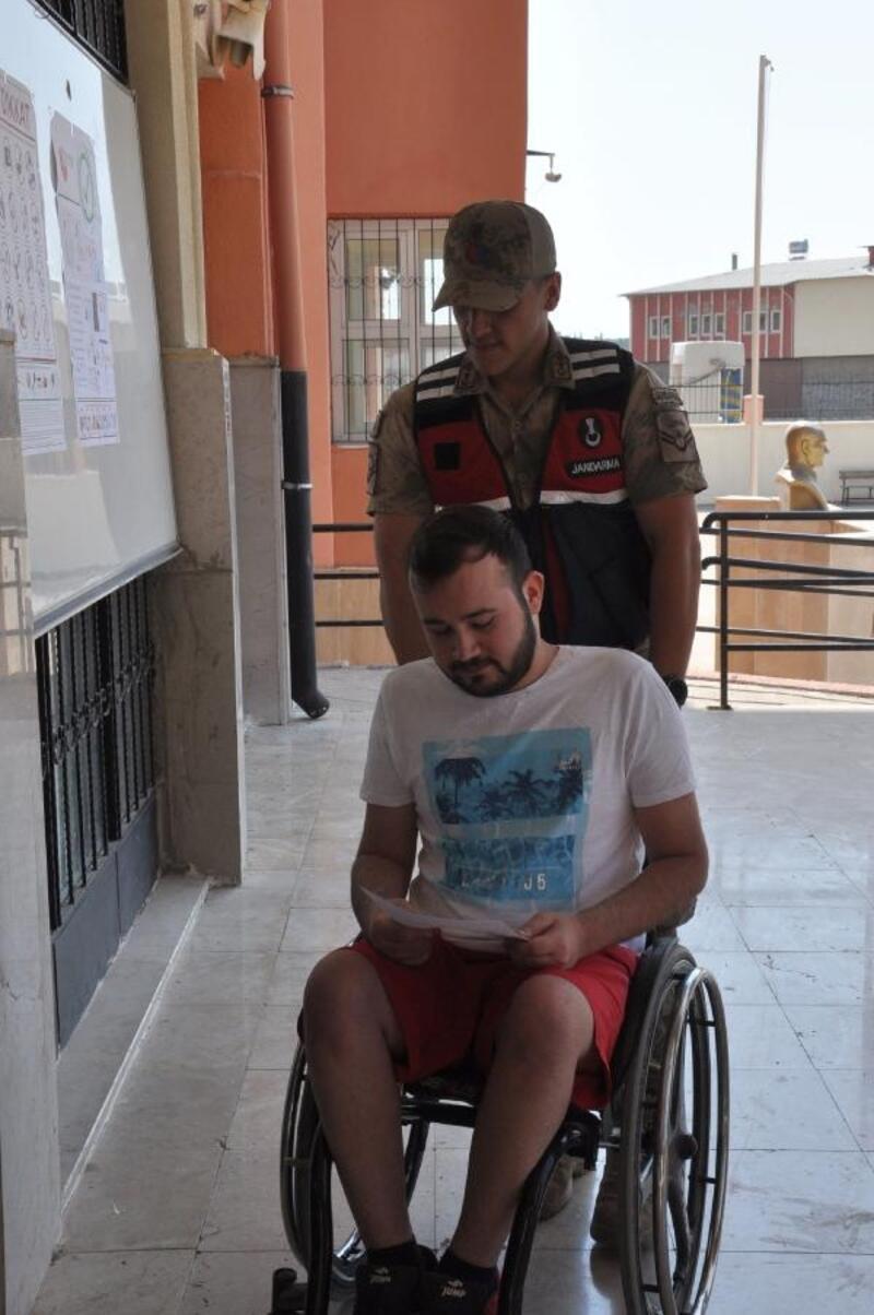 Engelli öğrenci, jandarma yardımıyla okul binasına girdi