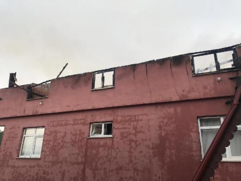 Yıldırımın isabet ettiği evin çatısı yandı