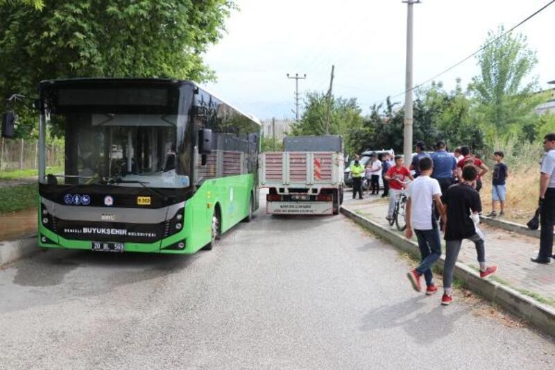 Belediye otobüsü ilekamyonet çarpıştı; hamile yolcu yaralandı