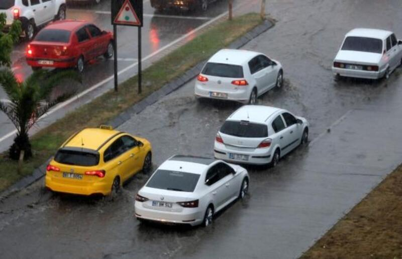 Trabzon'da sağanak yolları göle çevirdi
