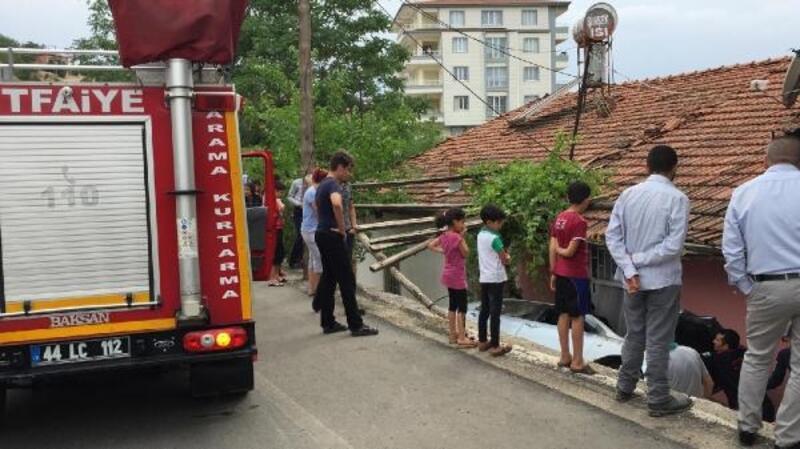 Otomobil evin bahçesine devrildi: 2 yaralı