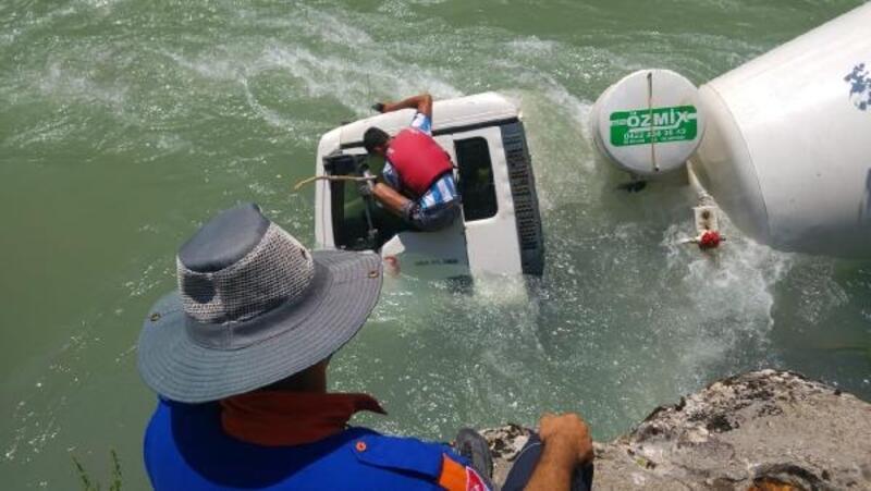 Beton mikseri Munzur Nehri'ne devrildi: 2 yaralı