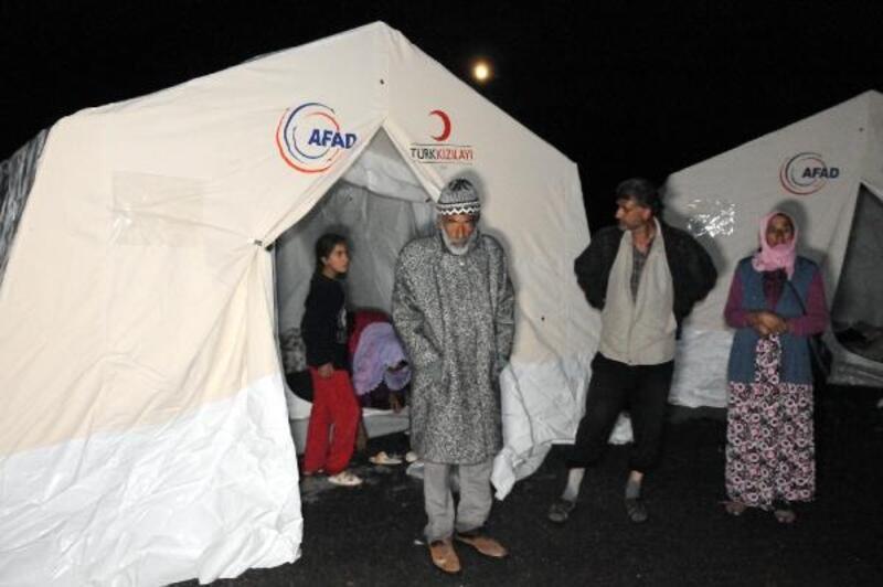 Selden etkilenen mevsimlik işçiler, çadırlara yerleştirildi