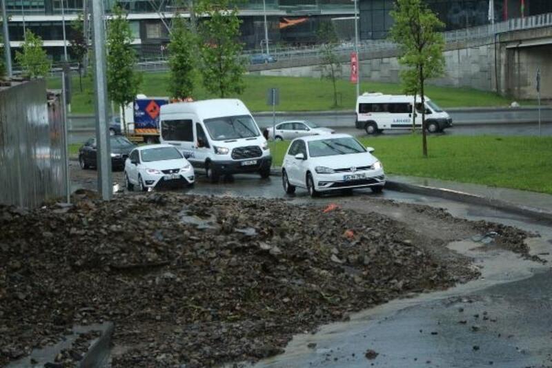 Sarıyer'de toprak kayması... Yol trafiğe kapatıldı