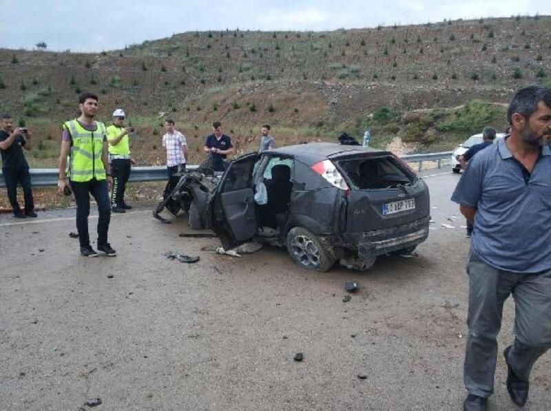 Erbaa'da otomobil refüje çarptı, sürücü yaralandı