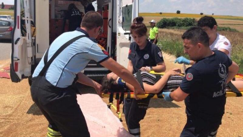 Edirne'de minibüs traktöre çarptı: 6 yaralı