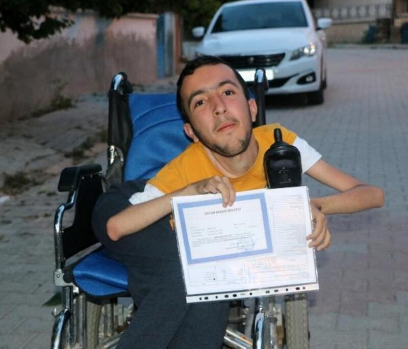 Bedensel engelli Abdullah'ın hedefi bilgisayar mühendisliği