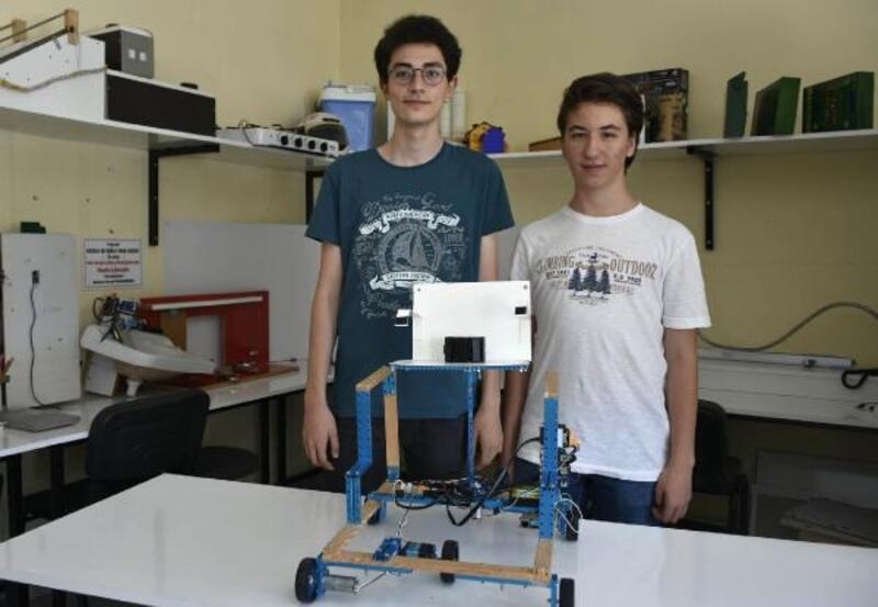 Niğde'de iki öğrenci kol hareketiyle kontrol edilebilenengelli araç tasarladılar