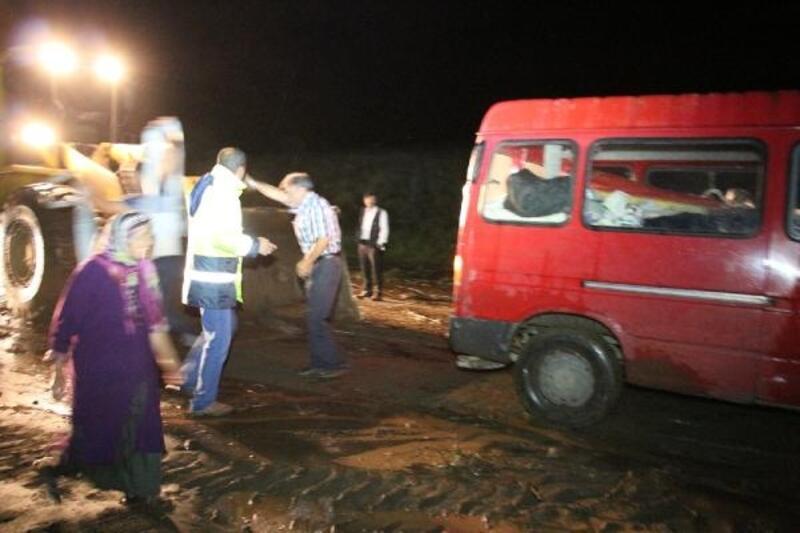 Sel suyunda kalan minibüsteki çift, iş makinesiyle kurtarıldı