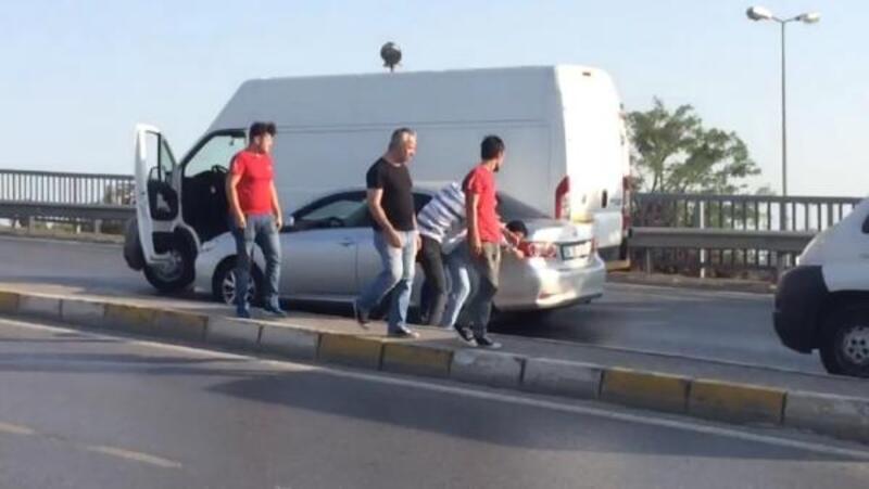 Sürücülerin yumruk yumruğa 'yol verme' kavgası kamerada