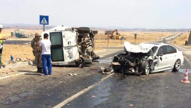 Diyarbakır'da otomobil yolcu minibüsüne çarptı: 3 yaralı