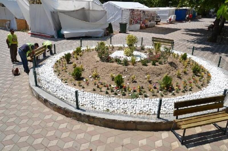 Edremit'te park ve yeşil alanlara bakım