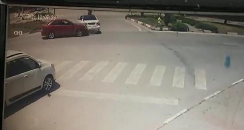 İnegöl'de otomobiller çarpışması güvenlik kamerasında