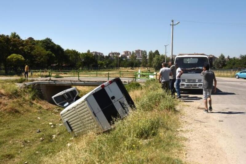 Minibüs boş su kanalına devrildi