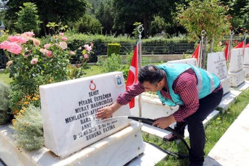 Afyonkarahisar'da hükümlüler şehitlikleri temizledi