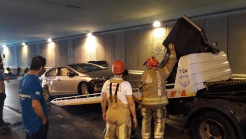 Bakırköy'de aynı noktada 2 kaza oldu, cadde trafiğe kapandı