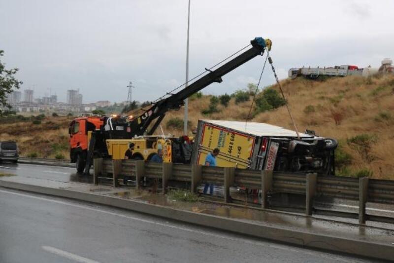 Maltepe ve Sancaktepe'de yağışlı hava kazalara neden oldu