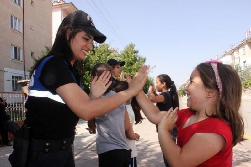 Polisten çocucuklar için 'Sanalda yokum sokakta varım' projesi
