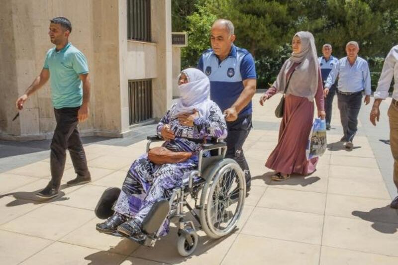 Diyarbakır'da boşaltılan apartmanın sakinlerinden oturma eylemi