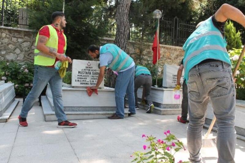 Bursa'da hükümlüler şehitlikleri temizledi