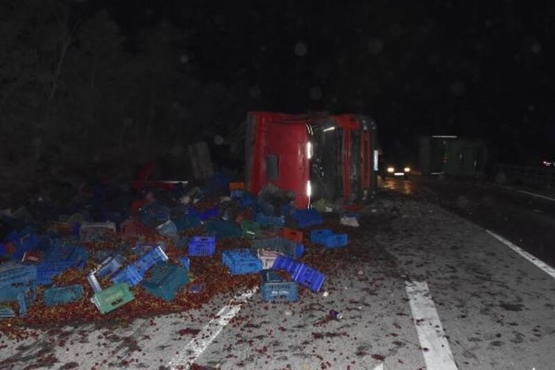 İki kamyon kafa kafaya çarpıştı: Sürücüler yaralandı