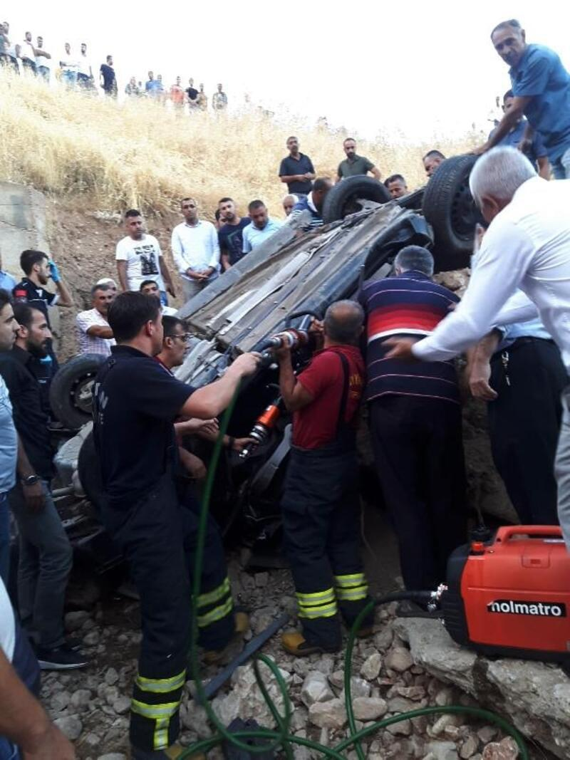 Silvan'da dere yatağına yuvarlanan otomobilin sürücüsü öldü