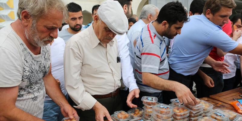 Başakşehir'de 15 Temmuz şehitleri için lokma dağıtıldı