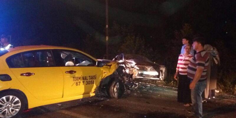Ticari taksi ile otomobil çarpıştı: 6'sı çocuk 9 yaralı