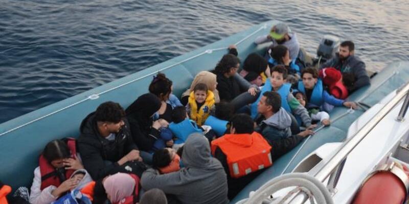 Kuşadası açıklarında lastik botta 43 kaçak göçmen yakalandı