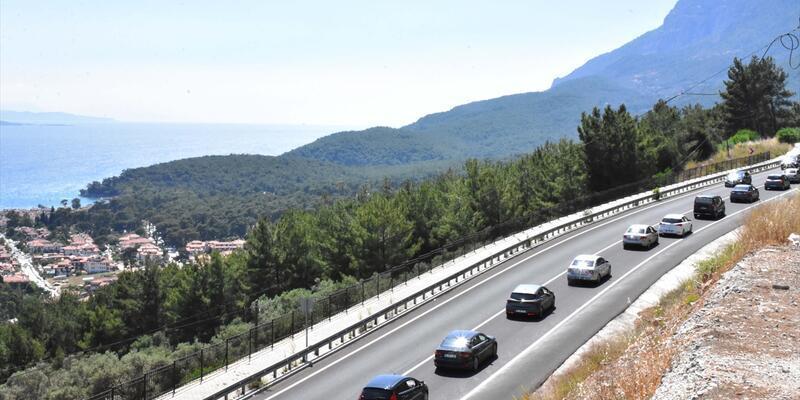 3 saatte 30 bin araç geçti... Jandarma yolu kapatmak zorunda kaldı