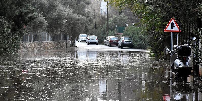 Zonguldak'ta bir kişinin sel sularına kapıldığı ihbarı