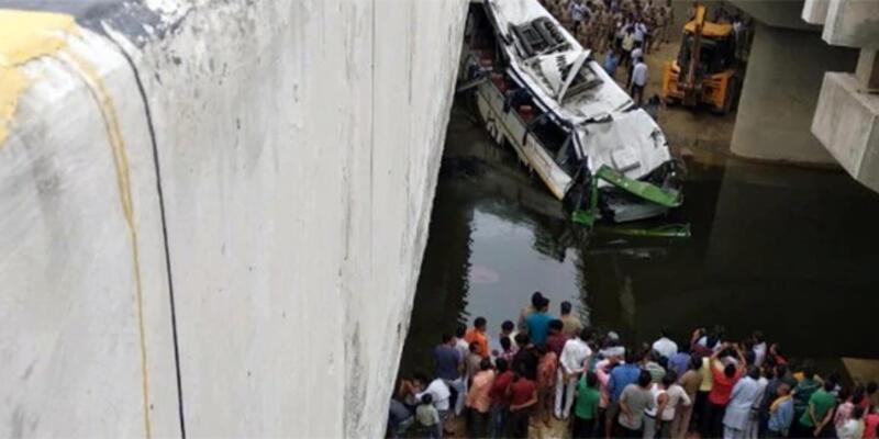 Hindistan'da yolcu otobüsü su kanalına uçtu: 29 ölü