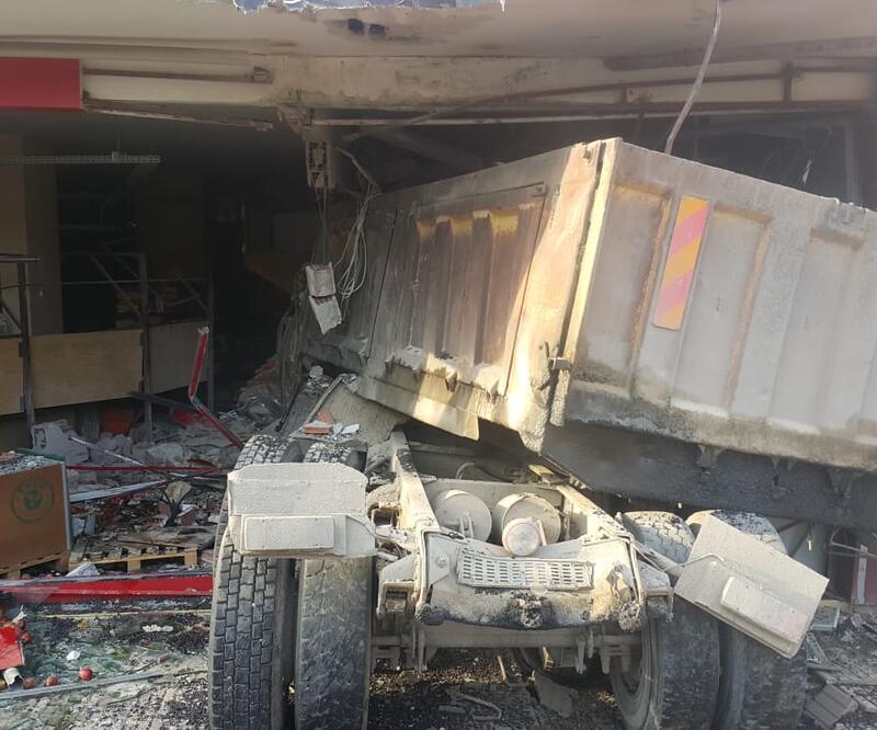 Freni boşalan kamyonun iş yerine girmesi güvenlik kamerasında