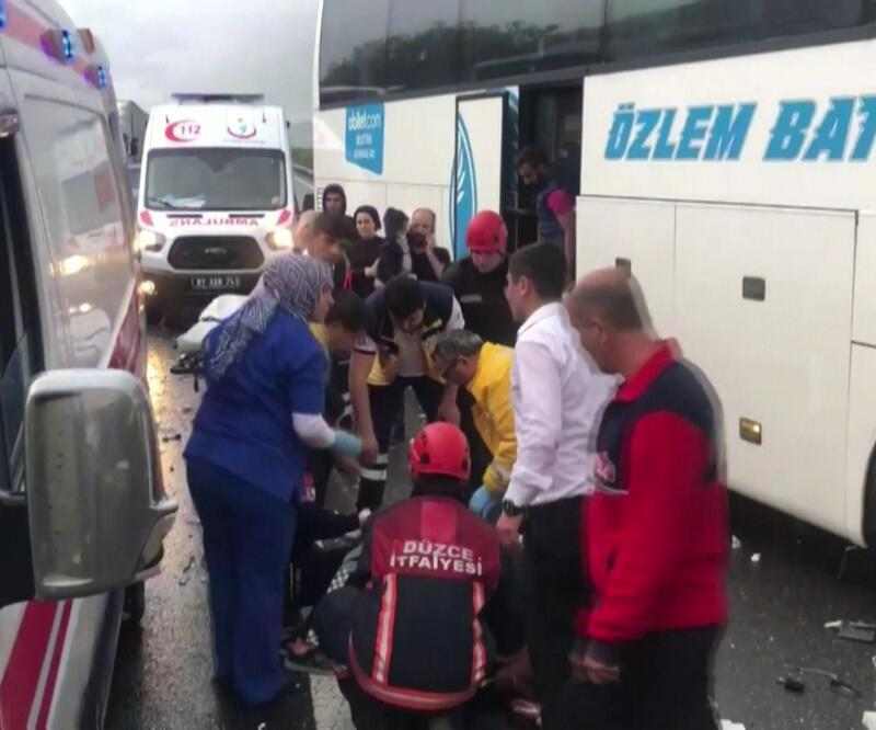 Kaza için duran TIR'a otobüs çarptı