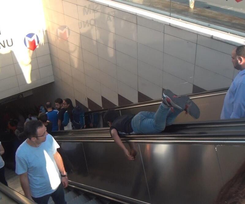 Taksim Metro İstasyonunda çocukların tehlikeli yürüyen merdiven oyunu