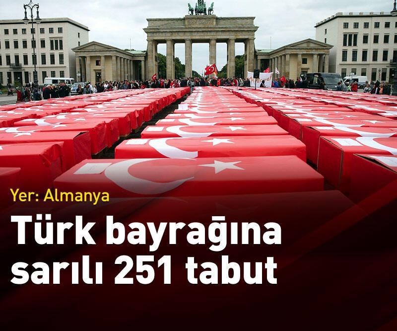 Son dakika: Brandenburg Kapısı'na Türk bayrağına sarılı 251 tabut konuldu